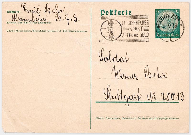 Vorderseite der Postkarte mit Absender, Adresse und Stempel, handschriftlich ausgefüllt, in schwarzer Tinte